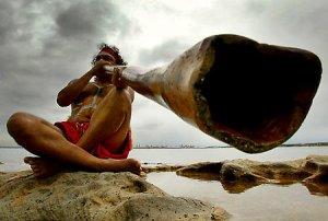 Aborigen con didgeridoo